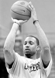 麦迪在国信体育馆内参加训练,展示闭眼投篮绝技。 CFP现场图片